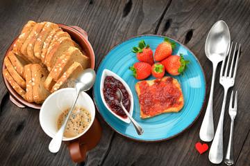 colazione con fette ai cereali e confettura di fragole