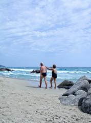 Coppia di anziani in spiaggia