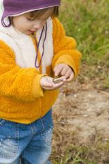 Ребёнок держит в руках ящерицу