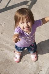 Ребёнок протягивает руку вверх. Вид сверху