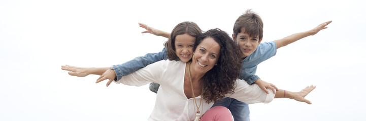 Madre e hijos haciendo el avión