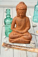 bruine boeddha met strand decoratie op oud hout en wierook