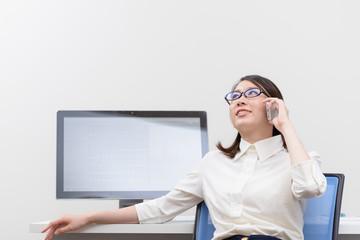 スマートフォンで電話する女性