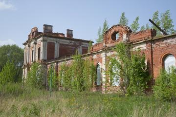 Руины конюшенного корпуса усадьбы Знаменка. Петергоф