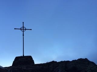 Croce in cima a Passo Manghen
