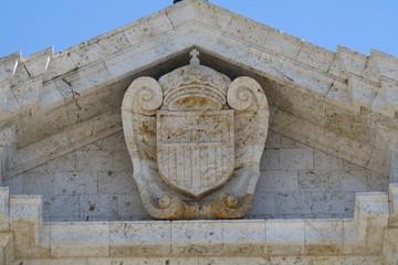 Stemma dei Mercedari sulla facciata della Basilica di Bonaria