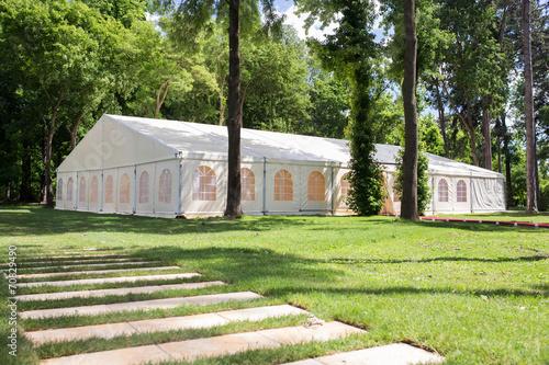 Foto Spatwand Poort wedding tent in forrest