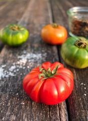 Tomaten auf Holz