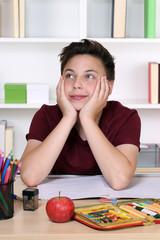 Schüler beim Träumen oder Entspannen im Unterricht in der Schu