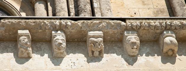 Sculptures alignées
