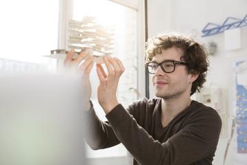Porträt der jungen Architekt, mit Architekturmodell