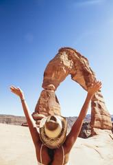 USA, Utah, glücklich Frau schaut zum Delicate Arch im Arches National Park