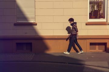 Deutschland, Hannover, Junger Mann bei einem Spaziergang in der Stadt