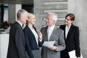 Unternehmer sprechen im Büro