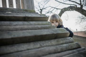 Deutschland, Mecklenburg-Vorpommern, Rügen, kleiner Junge auf Spielplatz