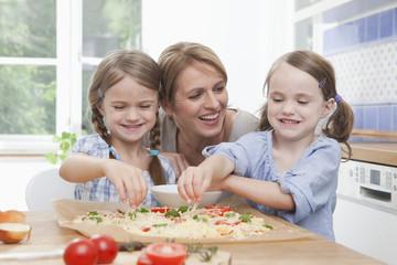 Mutter mit Töchtern in der Küche