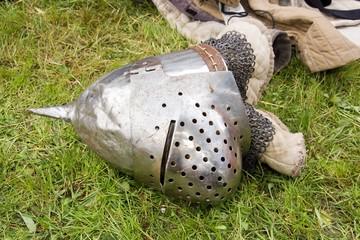 casque médiéval tombé sur le sol