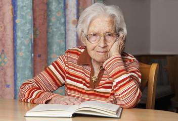Ältere Frau mit geöffnetem Buch