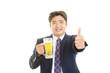ビールを飲む笑顔のサラリーマン