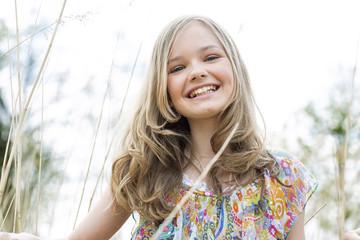 Lächelndes Mädchen trägt Sommerkleid