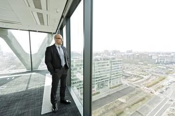 Nachdenklicher Geschäftsmann auf leerer Büroetage