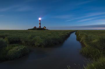 Deutschland, Schleswig-Holstein, Nordseeküste, Ansicht von Westerheversand Leuchtturm, Blaue Stunde
