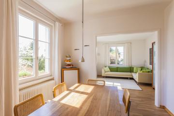 Deutschland, Baden-Württemberg, Stuttgart, Esszimmer und Wohnzimmer