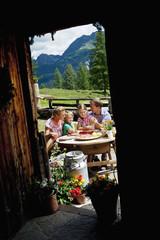 Österreich, Salzburger Land, Altenmarkt-Zauchensee, Familie bei Picknick in den Alpen