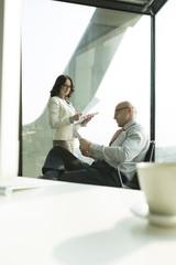 Geschäftsmann und Geschäftsfrau mit Dokumenten im Büro