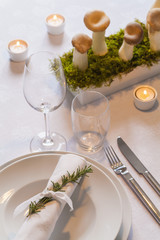 Gedeck und Dekoration auf festlichen gedeckten Tisch