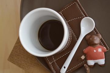 Orsetto cioccolato e tazza caffe