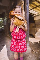 Mädchen mit Hühnchen
