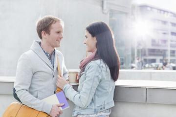Lächelndes junges Paar im Freien