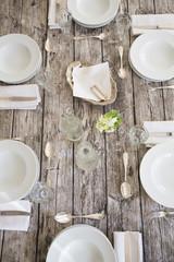 Festliche gedeckter Tisch für sechs Personen