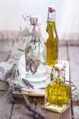 Lavendel-Essig, Rosmarin und Thymianöl