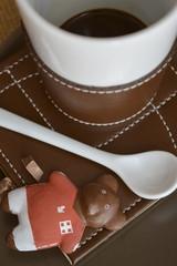 Orsetto cioccolato, tazza caffe e cucchiaino ceramica