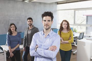Gruppenbild der vier Kollegen im Büro