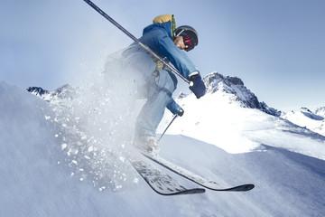 Österreich, Vorarlberg, Riezlern, Skier in Bewegung