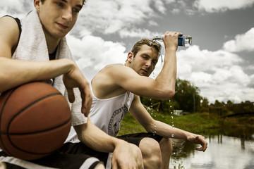 Portrait von zwei jungen Basketball-Spielern, Pause