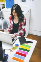 Weibliche Mode-Blogger in ihrem Büro, erhöhte Ansicht