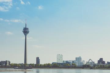 Deutschland, Nordrhein-Westfalen, Düsseldorf, Fernsehturm und Medienhafen