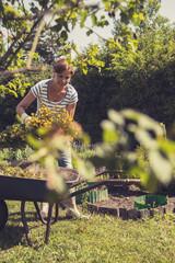 Ältere Frau im Garten