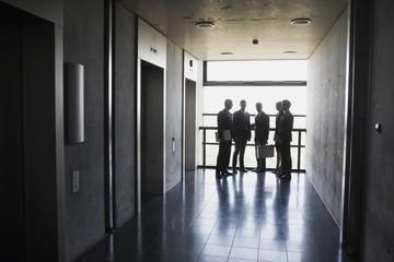 Gruppe von Geschäftsleuten, stehen bei Aufzug
