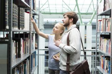 Zwei Studenten in einer Universitätsbibliothek