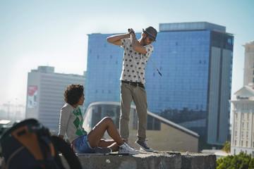 Paar spielt Crossgolf in der Stadt