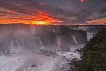 Südamerika, Argentinien, Brasilien, Iguazu Nationalpark, Iguazu Falls bei Sonnenuntergang