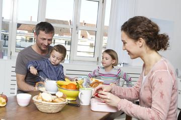 Familie bei gesundem Frühstück