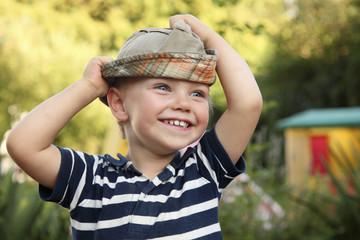 Lächelnder kleiner Junge mit Sonnenhut