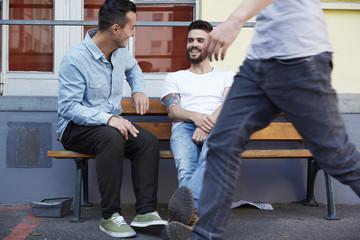 Zwei Männer sitzen auf der Bank