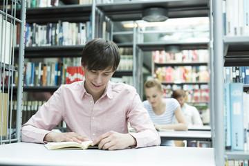 Studenten lernen in einer Universitätsbibliothek
